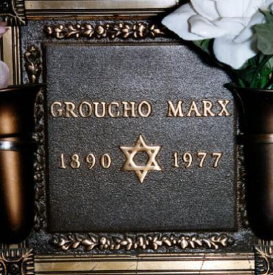 En la tumba de Groucho Max no pone Disculpen que no me levante