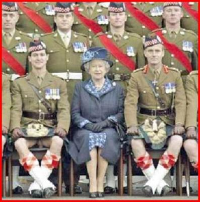Isabel II y soldados escoceses